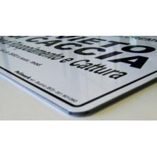 Personalizzazione targhe e pannelli con stampa digitale UV su alluminio dibond.